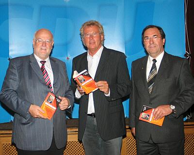 """Hatten """"die überstrapazierte Nation"""" auf dem Programm (v.l.): CDU-Kreisvorsitzender Ludger Kaup, Hans-Hermann Gockel und Hans Schäfer, CDU-Stadtverbandsvorsitzender von Schloß Holte-Stukenbrock"""