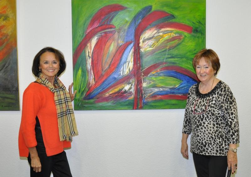 Elke Hardieck und Barbara Wölfkes (v.l.) vor einem der titellosen, vom informellen Stil geprägten Werke der Ausstellung.