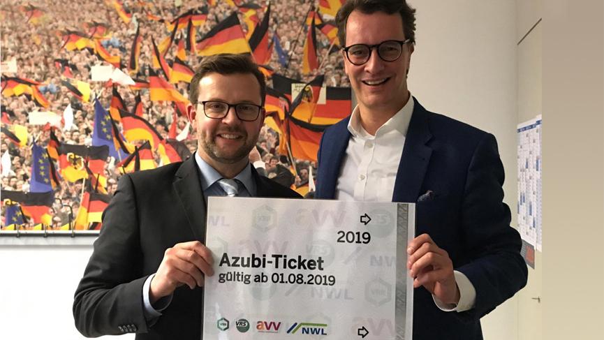Freuen sich über die Einführung des Azubi-Tickets: Landtagsabgeordneter Raphael Tigges (l.) und NRW-Verkehrsminister Hendrik Wüst.