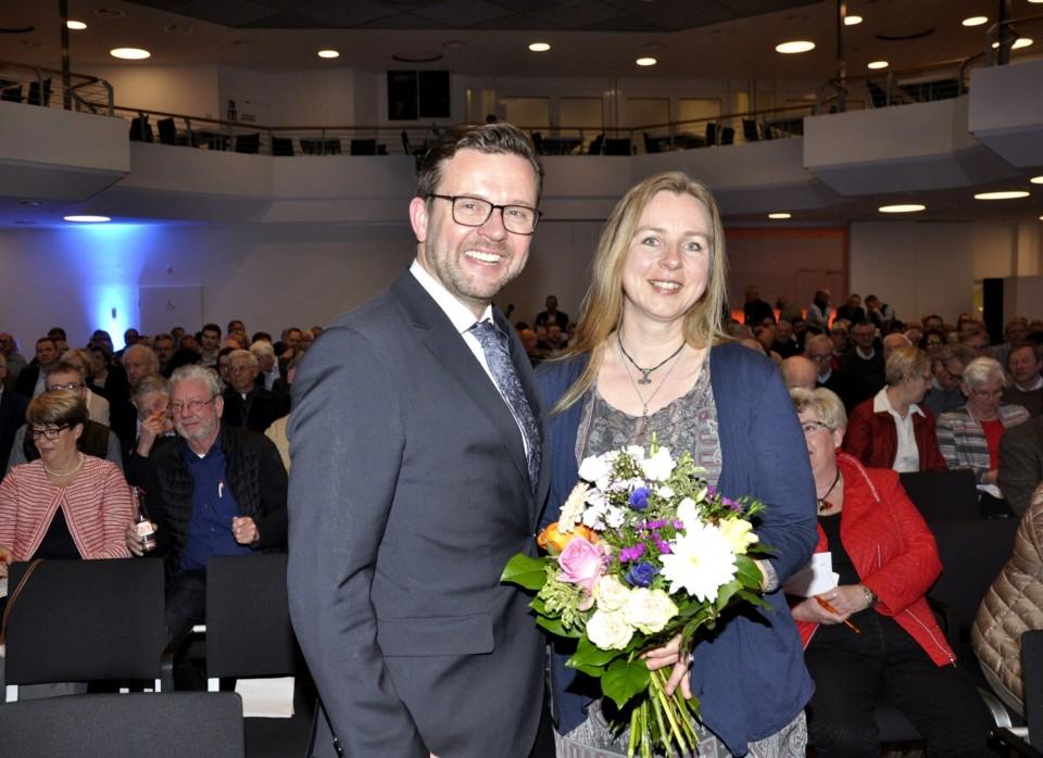 Freuen sich über die große Zustimmung: Der frisch gewählte CDU-Kreisvorsitzende Raphael Tigges mit Ehefrau Angela nach der Wahl.