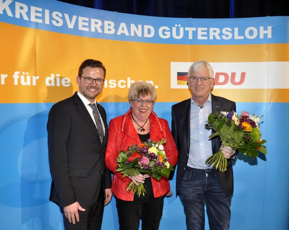Blumen für die erfolgreichsten Mitgliederwerber: Der neue Kreisvorsitzende Raphael Tigges mit Annegret Jürgenliemke und Wenzel Schwieheer. Marius Langer war am Abend der Ehrung verhindert.