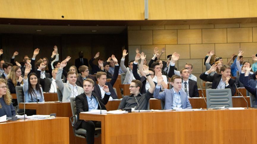 Abstimmung des Jugend-Landtags 2018 im Plenarsaal. (Foto: Landtag NRW)