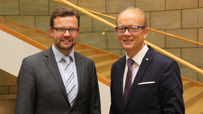 """Die Abgeordneten Raphael Tigges und André Kuper (v.l.) unterstützen die Landesinitiative """"Bauland an der Schiene""""."""