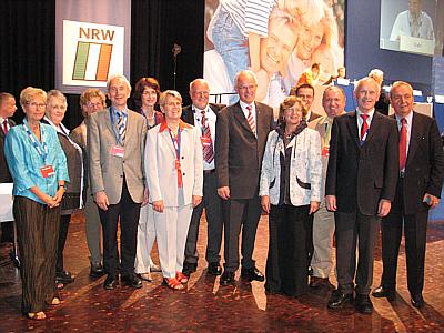 Die Gütersloher Delegation mit Ministerpräsident Jürgen Rüttgers (Mitte) und Klaus Töpfer (ganz rechts) auf dem CDU-Landesparteitag in Münster