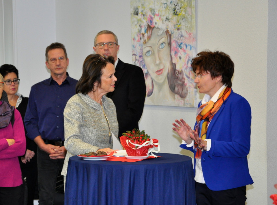 Elke Hardieg (l.) Und Steffi Scharf bei der Ausstellungseröffnung.