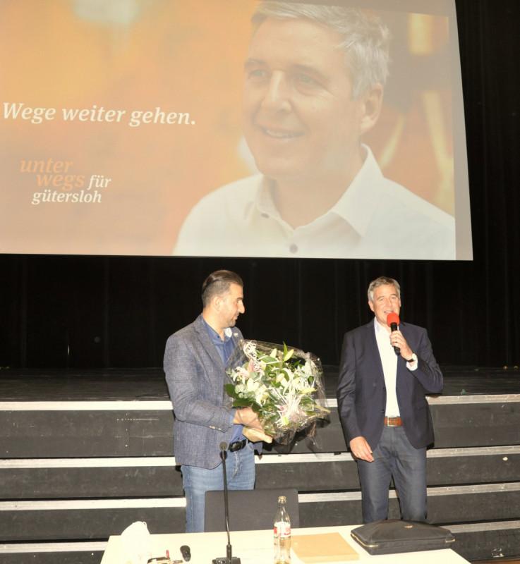 Stadtverbandsvorsitzender Ischo Can (links) war der erste Gratulant von Bürgermeisterkandidaten Henning Schulz.