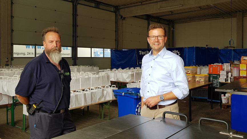 In der Feldküche im THW-Hauptquartier in Spexard (v.l.): Der leitende Koch Michael Frohnert und der Landtagsabgeordnete Raphael Tigges