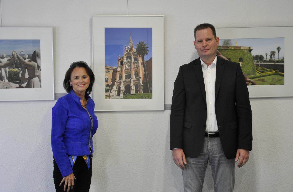 Elke Hardieck und Detlef Witte vor dem Foto des Eingangsgebäudes des Hospital de Sant Pau in der Mitte.