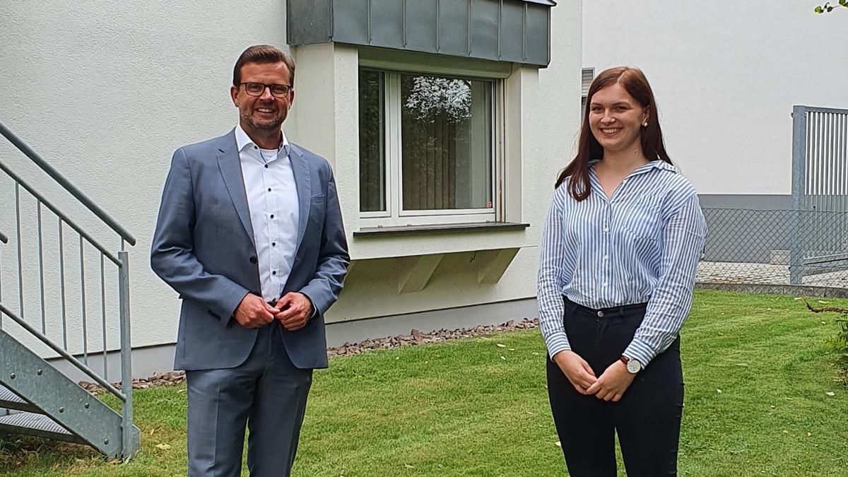 Sitzt bald für Raphael Tigges im Jugend-Landtag NRW: Fabienne Bredow aus Versmold, hier bei einem Treffen mit dem Landtagsabgeordneten vor dem Konrad-Adenauer-Haus in Gütersloh.