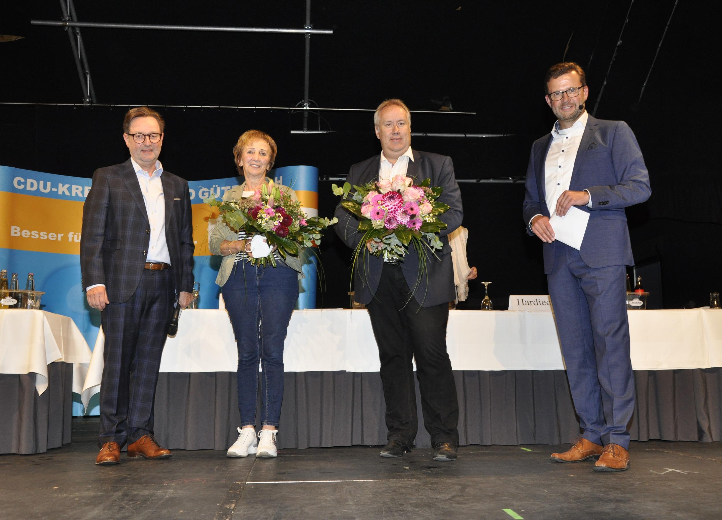 Zum Dank für die erfolgreiche Mitgliederwerbung gab es Blumen: Über 138 neue CDU-Mitglieder freuten sich (v.l.) Ulrich Wesolowski, Marianne Kampwerth, Axel Reimers und Raphael Tigges.