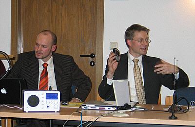 Stellten modernste Technik im CDU-Kreisvorstand vor: Landtagsabgeordneter Dr. Michael Brinkmeier (rechts) und Medien-Mitarbeiter Daniel Eiber.