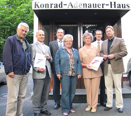 Die Mitglieder der Wertekommission vor der CDU-Zentrale in Gütersloh.