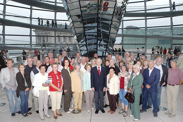 Die Reisegruppe mit Hubert Deittert MdB in der Kuppel des Reichstagsgebäudes.