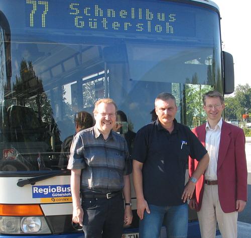 Bernhard Altehülshorst, Busfahrer Vinzenz Wolharn und Dr. Michael Brinkmeier am ZOB in Rietberg.