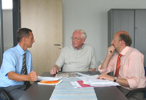 Helmut Feldmann (Mitte) mit den GT-aktiv-Geschäftsführern Fred Kupczyk (l.) und Rolf Erdsiek (r.)