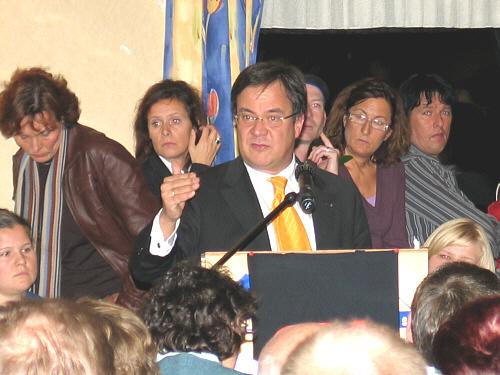 Großes Interesse - großer Andrang: Minister Laschet inmitten seiner Zuhörer.
