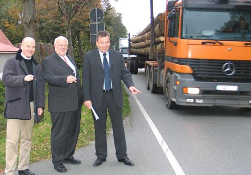 Überzeugten sich vor Ort vom hohen Verkehrsaufkommen auf der B 61(v.l.): Ralph Brinkhaus, Ludger Kaup und Uwe Henkenjohann.