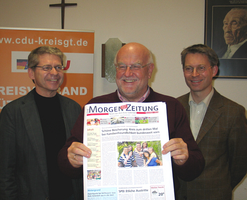 Redaktionsschluss für die CDU-Visionen (v.l.): Hubert Kleinemeier, Ludger Kaup und Dr. Michael Brinkmeier mit dem ersten Exemplar der Morgen-Zeitung.