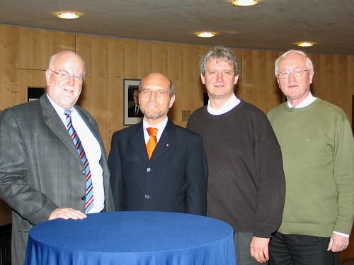 Fraktionsvorsitzender Ludger Kaup (v.l.), Arbeitsagenturleiter Thomas Richter, Dr. Heinrich-Josef Sökeland und Helmut Feldmann im Gütersloher Kreishaus.