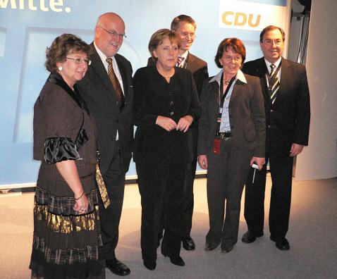 Die Gütersloher Delegation auf dem Bundesparteitag mit der CDU-Vorsitzenden und Bundeskanzlerin Angela Merkel (v.l.): Ursula Doppmeier, Ludger Kaup, Dr. Angela Merkel, Dr. Michael Brinkmeier, Elisabeth Witte und Hans Schäfer.