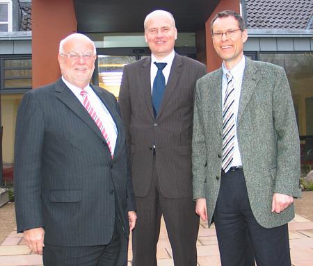 Sprachen über interkommunale Kooperation (v.l.): Die Fraktionsvorsitzenden Ludger Kaup (Kreis), Ralph Brinkhaus (Stadt Gütersloh) und Landrat Sven-Georg Adenauer.