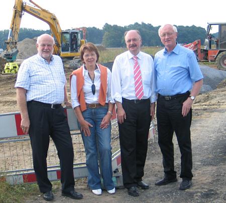 Informierten sich  über den Fortschritt der Bauarbeiten (v.l.): Fraktionsvorsitzender Ludger Kaup, Kreistagsmitglied Elisabeth Witte, AUREA-Geschäftsführer Ferdinand Reelsen und Kreistagsmitglied Helmut Feldmann.