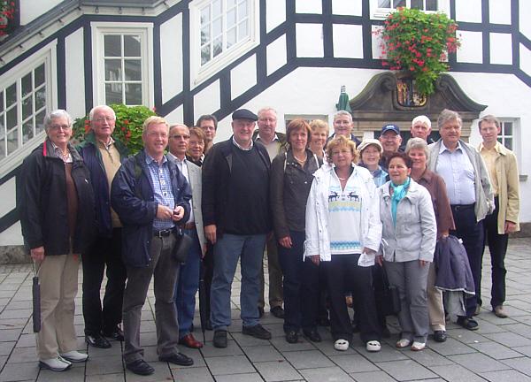 Die CDU-Kreistagsfraktion bei ihrer Radtour vor dem Rietberger Rathaus.