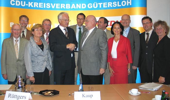 Ein Besuch als Belohnung: Ministerpräsident Jürgen Rüttgers, Landrat Sven-Georg Adenauer und CDU-Kreisvorsitzender Ludger Kaup (Mitte v.l.) im Kreis des geschäftsführenden CDU-Kreisvorstandes.
