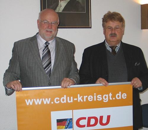 Ludger Kaup und Elmar Brok mit der Internet-Adresse, unter der man das Forum erreicht: www.cdu-kreisgt.de