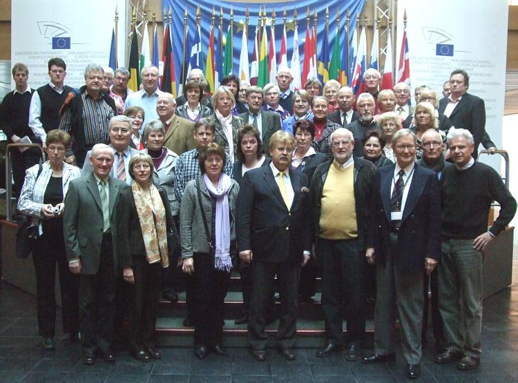 Die CDU-Reisegruppe mit dem Europa-Abgeordneten Elmar Brok und dem CDU-Kreisvorsitzenden Ludger Kaup im Europäischen Parlament.