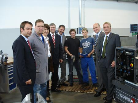 Auch der neuen Craemer-Lehrwerkstatt statteten Peter Hintze und Ralph Brinkhaus einen Besuch ab.