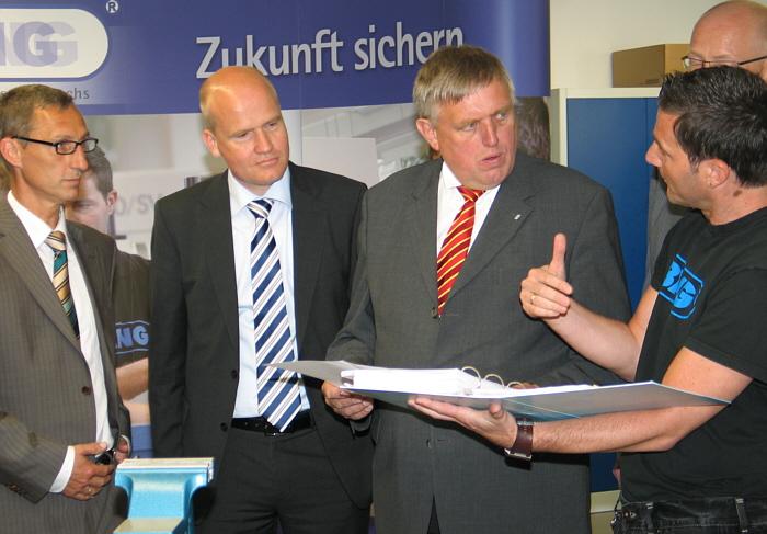 Informierten sich im BANG-Trainingszentrum (v.l.): Fred Kupczyk, Ralph Brinkhaus, Karl-Josef Laumann und Ausbildungsleiter Frank Icke.