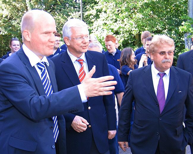 Auf dem Weg durch das Brinkhaus-Team in die Stadthalle (v.l.): Ralph Brinkhaus, Roland Koch und Elmar Brok.