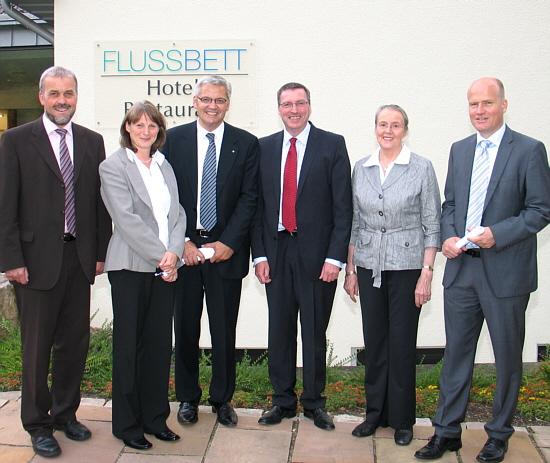 Vor dem Flussbett Hotel in Gütersloh: CDU-Bürgermeisterkandidat Heiner Kollmeyer, Andrea Hünneke, Hubert Hüppe, Martin Henke, WfbM-Aufsichtsratsvorsitzende Erika Düfelsiek und Ralph Brinkhaus.