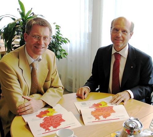 Über den aktuellen Arbeitsmarktzahlen: Der Landtagsabgeordnete Dr. Michael Brinkmeier (l.) und der Leiter der Agentur für Arbeit in Bielefeld, Thomas Richter.