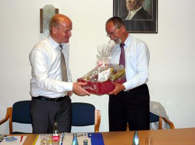 CDU-Kreisvorsitzender Ralph Brinkhaus überreicht dem Vorsitzenden der CDU-Landtagsfraktion, Helmut Stahl, einen Präsentkorb
