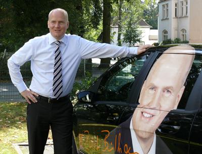 Ralph Brinkhaus mit auffälliger Wahlwerbung an seinem PKW