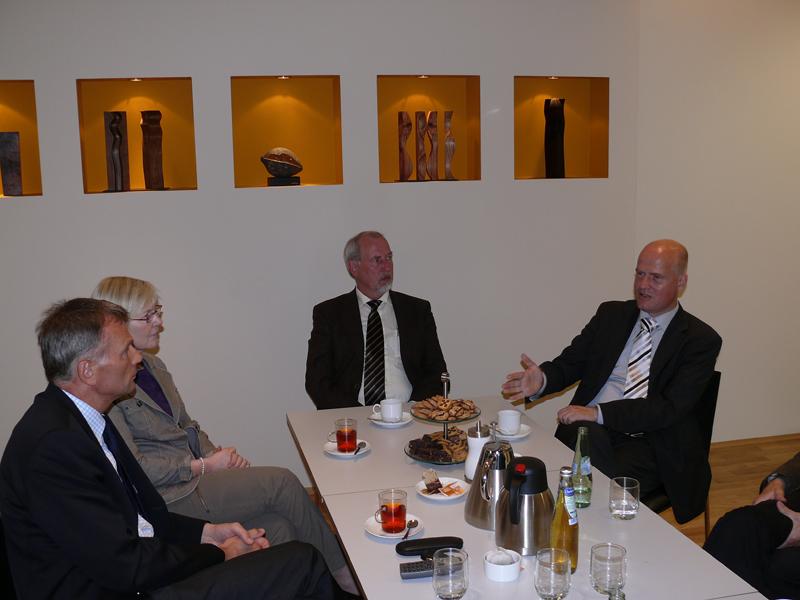 v. l. Ralph Brinkhaus mit Anneliese Schulte-Döinghaus  im Gespräch bei der Fa. Kuper mit dem Geschäftsführer Norbert Laumeier und dem Prokuristen im Verkauf, Herbert Eusterbrock