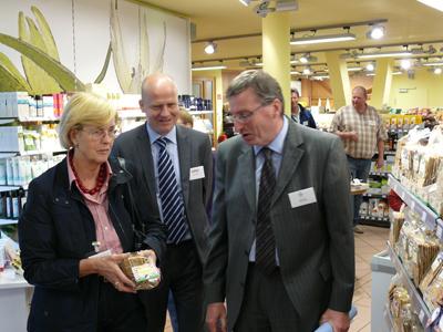 Ralph Brinkhaus, Angelika Gemkow und Martin Henke im Laden des Kiebitzhofes