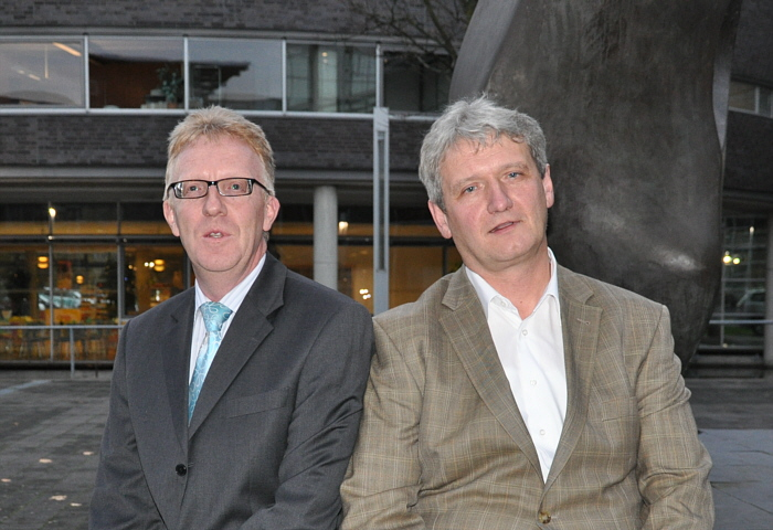 Die Kooperationspartner Michael zur Heiden und Dr. Heinrich Josef Sökeland vor dem Kreishaus in Gütersloh.