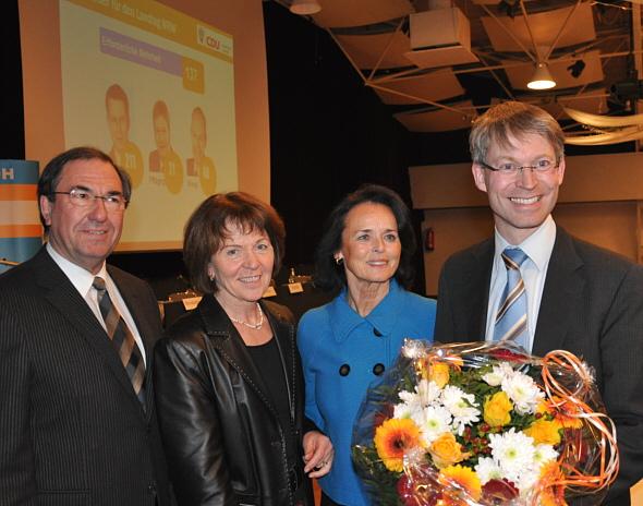 Gratulierten dem Wahlsieger: Die stellvertretenden CDU-Kreisvorsitzenden Hans Schäfer, Elisabeth Witte und Elke Hardieck mit Dr. Michael Brinkmeier MdL (v.l.).
