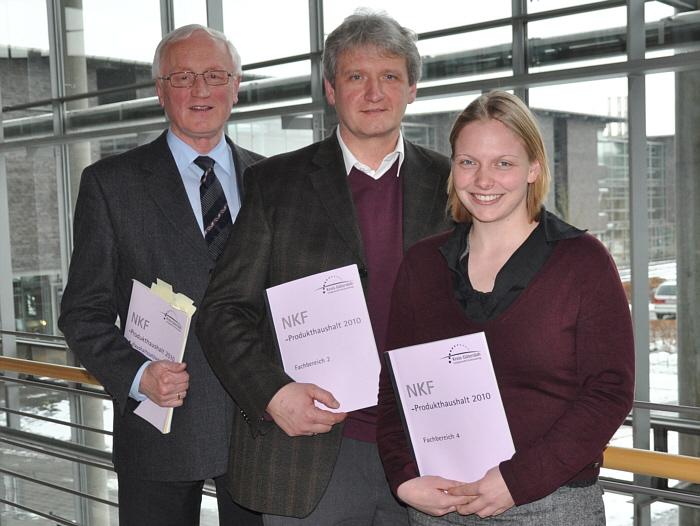 Haben den Kreishaushalt nach Einsparmöglichkeiten durchsucht: Vorsitzender Dr. Heinrich Josef Sökeland (Mitte) und die beiden stellvertretenden Vorsitzenden Helen Foerster (r.) und Helmut Feldmann (l.).