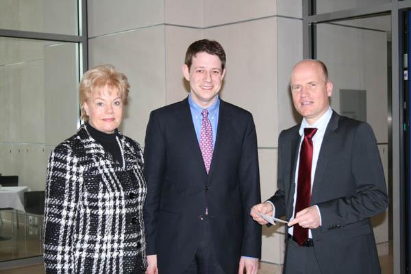 Ralph Brinkhaus überreicht den Appell des Rechtsanwalts von Kloster Mor Gabriel an Erika Steinbach und Philipp Mißfelder.