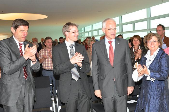 Applaus für die Rede des Ministerpräsidenten: Staatssekretär Günter Kozlowski, Dr. Michael Brinkmeier MdL, Dr. Jürgen Rüttgers und Ursula Doppmeier MdL (v.l.).