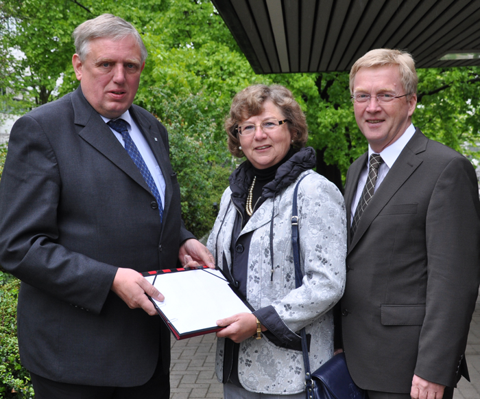 Überbrachte die offizielle Anerkennung des Modellstudiengangs: Gesundheitsminister Karl-Josef Laumann mit Ursula Doppmeier MdL und ZAB-Geschäftsführer Andreas Westerfellhaus (v.l.).