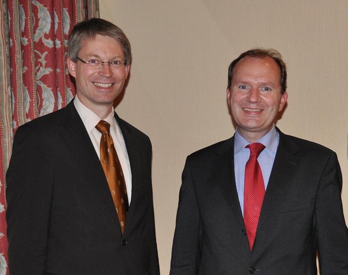 Dr. Michael Brinkmeier und Michael Breuer beim Finanzgespräch in Gütersloh (v.l.). Ursula Doppmeier war wegen Sondierungsgesprächen in Düsseldorf verhindert.