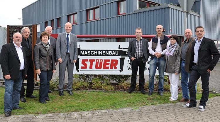 Unternehmer Heinz-Hermann Stüer (links) und Bundestagsabgeordneter Ralph Brinkhaus (5.v.l.) mit den Langenberger CDU-Vertretern vor dem Werk in der Dieselstraße.