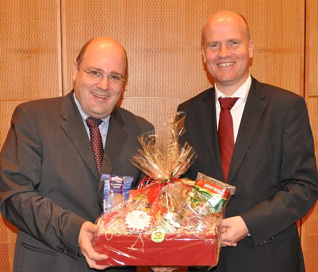 Die Bundestagsabgeordneten Steffen Kampeter (links) und Ralph Brinkhaus. Kampeter fuhr als Dank für den Vortrag mit Spezialitäten aus dem Kreis Gütersloh nach Hause.