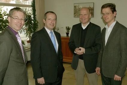 Dr. Michael Brinkmeier MdL (links), CDU-Kreisvorsitzender Ralph Brinkhaus MdB (2. v. r.) und der Paderborner Bundestagsabgeordnete Dr. Carsten Linnemann (rechts) im Gespräch mit Generalsekretär Oliver Wittke