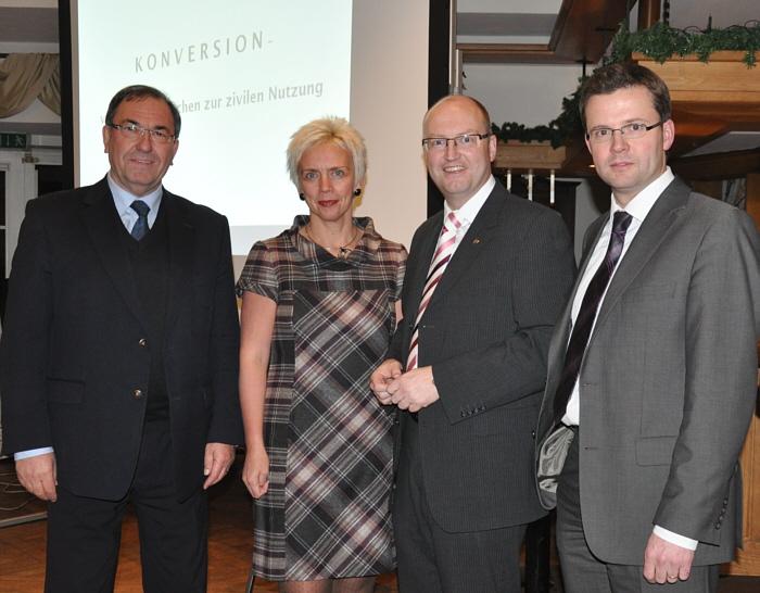 Der stellvertretende CDU-Kreisvorsitzende Hans Schäfer, Dr. Angelika Wensing, CDU-Vorsitzende in Harsewinkel, Bürgermeister Michael Esken und der Gütersloher Stadtverbandsvorsitzende Raphael Tigges (v.l.)